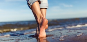 feet of woman in the sea waves © toxicoz@ fotolia.com